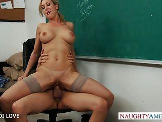 Rubia profesor brandi amor montando gallo en aula