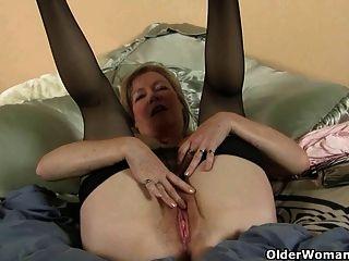 Mamá ama la sensación de nylon en su coño hormigueo