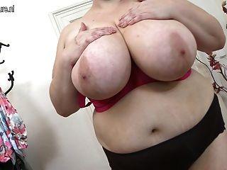 Mamá madura enorme breasted jugar con ella misma
