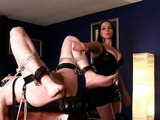 Atado esclavo obtiene el culo dedo y cum alimentado