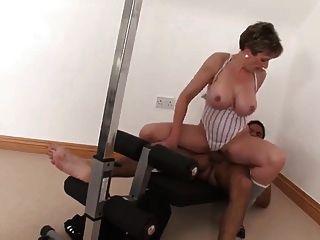 Sexy busty mature fucks su entrenador personal