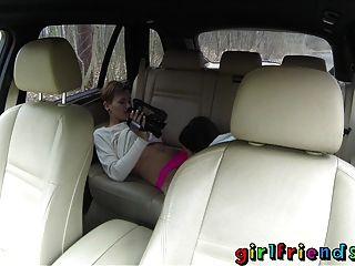 Novias amigas lindas explorar la fantasía lesbiana en viaje por carretera