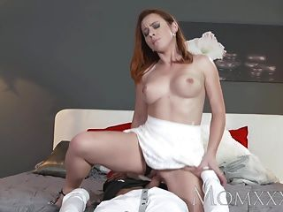 Mamá sexy redhead chupa y folla hombre músculo