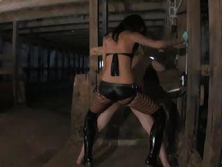 Den sklaven im stall mit dem strapon durchgefickt
