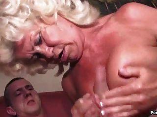 Granny grita mientras jodido duro