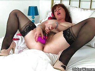 Mamá británica janey folla su coño peludo con un lollipop