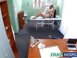 Estudiante fakehospital caliente obtiene una buena puta de médico