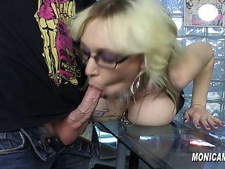 Monicamilf está jodiendo horas extras en el trabajo