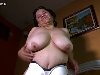 La abuela latina con grandes tetas flacas hace que el video casero