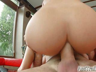 Asstraffic cum en la boca después del juego de sexo anal