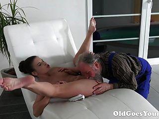 Viejo va viejo hombre joven es muy agradecido por adolescente apretado