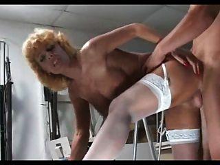 Rubia madura milf en medias blancas folla a un chico más joven