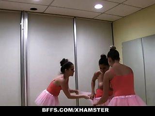 Bffs cute petite bailarina follada por sus amigos