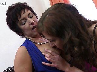 Chica caliente chupar húmedo tetas lesbianas maduras y coño