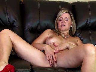 Sorprendente madre aficionada madura en sofá de cuero