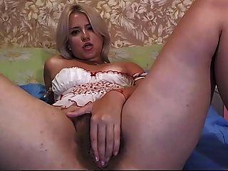 Belleza latina mostrar su coño peludo ...