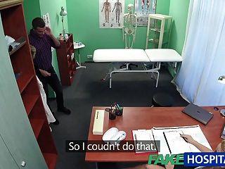 Fakehospital enfermera chupa dick para la muestra de esperma