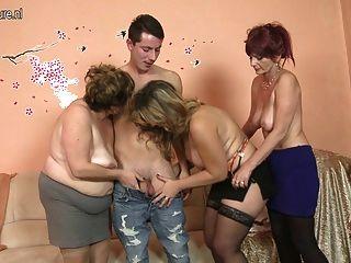 Chico afortunado folla 3 madres maduras