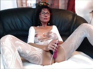 Sexy morena milf en la media del cuerpo juega con ella
