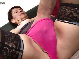 Consolador chica caliente follando su coño y culo 1
