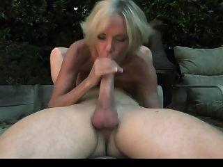 Sexy maduro en medias negras disfruta de un chico en el jardín