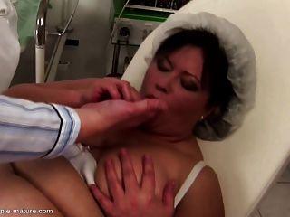 Mamá grande obtiene creampie anal y follando en todos los agujeros