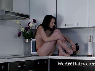 Subió tiras desnudas y pone en mostrador de cocina mostrador