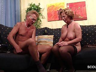 Abuela en medias follada por el abuelo con faciales