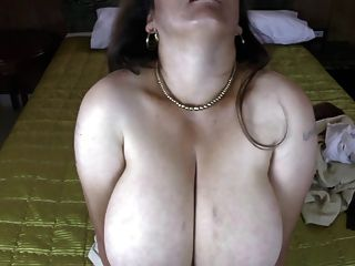 Mamá latina madura con enormes tetas naturales