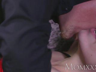 Mamá ama de casa morena está atada a la cama antes de orgasmos
