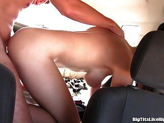 Chica tetona follada en el asiento trasero!