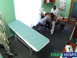 Fakehospital sexy ama de casa en el marido con su médico