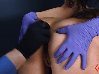 Anal virgen obtiene doloroso estiramiento anal con el culo a la boca
