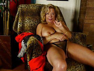 Abuela rizada con tetas grandes y coño peludo