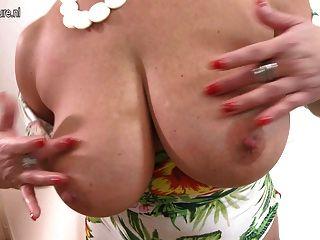 Madre con grandes tetas y cuerpo perfecto