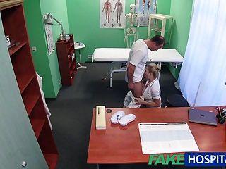 La enfermera sexy de fakehospital consigue creampied por el doctor