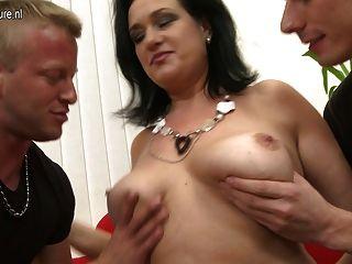 Madre madura follando a dos chicos a la vez