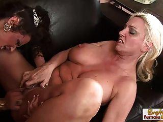 Las amas de casa de gilf tienen diversión de lesbianas cuando se quedan solas