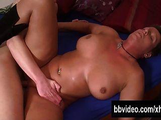 imagen Nena tatuada dando una mamada jugosa y follando con un chico