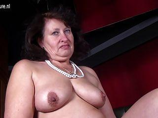 Madre sexy grande con vagina hambrienta