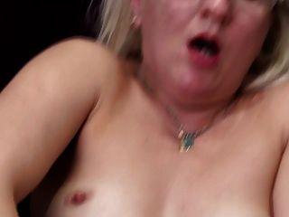 Verdadera madre madura con culo hambriento y coño