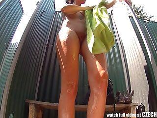 Adolescente de pelo largo cought en la ducha