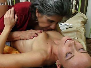 Vieja abuela convierte a niña en lesbiana