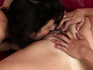 Peludo madre madura follada por la madre afeitada