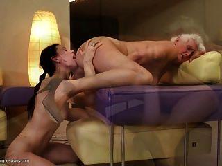 Las abuelitas follan a las jóvenes lesbianas