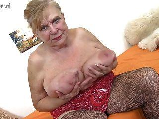 Abuelita real con tetas caídas y coño hambriento