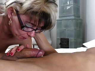 Naughty mature slut mom fucking más joven