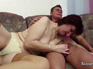 Mamá de paso alemán seduce a hijo de paso para follarla cuando está solo en casa