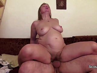 Mamá y papá en el casting verdadero porno porque necesitan dinero