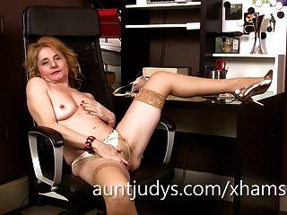 Madura isabella diana dedos su coño en la oficina.